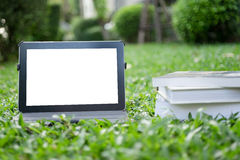 Tablet auf Gras Stockfotografie