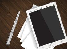 Tablet auf Holztisch mit Papier Stockfotografie