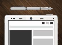 Tablet auf Holztisch mit Papier und Stift Lizenzfreies Stockbild