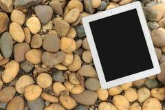 Tablet auf Steinboden stockfotos