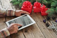 Tablet-Computer in den Mannhänden Stockfotografie
