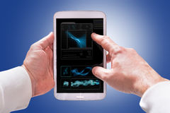 Tablet-Computer des Bildschirm- in den Händen Stockbild