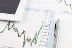 Tablet-Computer, ein Diagramm des Dow Jones-Index und Stift auf einem weißen Hintergrund lizenzfreies stockfoto