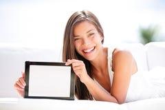 Tablet-Computer. Frau, die den leeren Bildschirm glücklich zeigt Lizenzfreie Stockfotos
