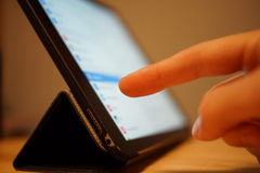 Tablet-Computer mit einem Zeigefinger Lizenzfreie Stockfotos
