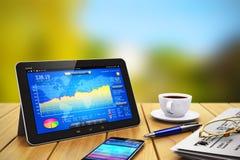 Tablet-Computer-, Smartphone- und Sektorgegenstände auf hölzernem Stockbild
