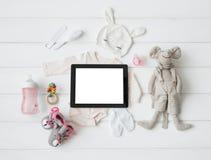 Tablet-Computer und Baby ` s Einzelteile stockbilder