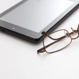 Tablet-Computer und Brillen Stockbild