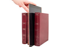 Tablet-Computer zwischen den Büchern lokalisiert auf Weiß Stockbilder