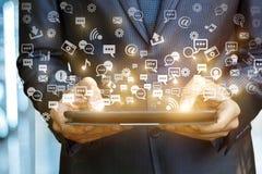 Tablet, das ein ganz eigenhändig geschriebes Bild von Social Media-Ikonen zeigt Lizenzfreies Stockfoto