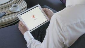Tablet, das an WiFi anschließt stock footage