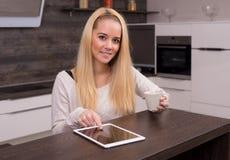 Tablet in de keuken stock fotografie