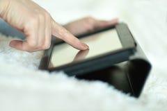 Tablet in den weiblichen Händen Lizenzfreie Stockbilder