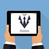 Tablet in der Hand auf einer blauen Hintergrundillustration von stilvollem Lizenzfreie Stockfotografie