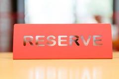 Tablet der roten Farbe auf einer Tabelle in einem Restaurant mit einer Unterzeichnungsreserve Stockbild