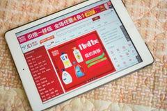 Tablet die de online winkel van JD op 11 November op het bed ingaan Stock Afbeeldingen