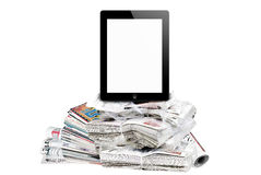 Tablet die door reusachtige hoeveelheid kranten wordt omringd. Royalty-vrije Stock Fotografie