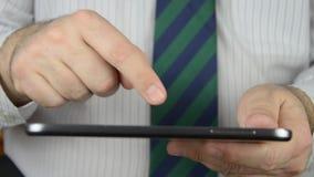 Tablet door een zakenman wordt gebruikt die stock video