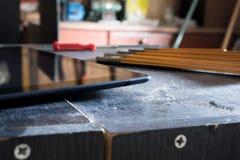 Tablet in einem schmutzigen Keller mit Werkzeugen Stockfotos