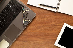 Tablet en andere punten op een houten bureau stock fotografie