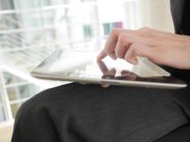 Tablet en bedrijfsvrouw Stock Fotografie