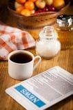 Tablet en kop van koffie Stock Afbeeldingen
