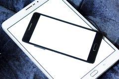 Tablet en mobiel met exemplaarruimte op het witte scherm stock afbeelding
