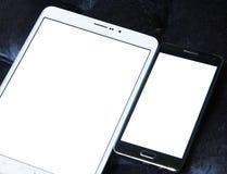 Tablet en mobiel met exemplaarruimte op het witte scherm stock fotografie