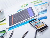Tablet en mobiele telefoon op bureau Stock Afbeelding