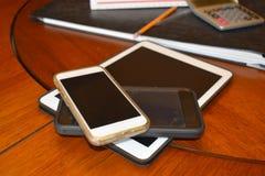 Tablet en slimme die telefoons in zaken wordt gebruikt royalty-vrije stock afbeelding