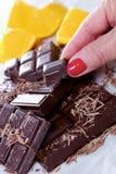 Tablet en stukken van donkere chocolade met vrouwenvinger Royalty-vrije Stock Afbeeldingen
