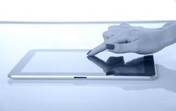tablet för closeupfingerPC som trycker på kvinnan Arkivfoton