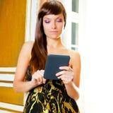 Tablet för ebook för avläsning för elegansmodekvinna Arkivfoto
