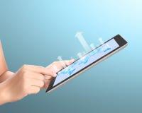 Tablet för Holdingtouchskärm och med grafen arkivfoto