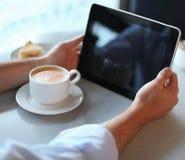 tablet för man för cafedatorholding royaltyfri bild