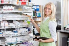 tablet för pharmacist för kvinnligholdingPC arkivbild