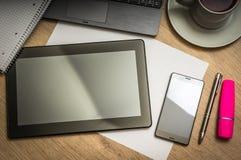 Tablet, Handy, Stift, Laptop und Tasse Kaffee auf Tabelle Lizenzfreie Stockfotografie