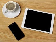 Tablet, Handy und Kaffee Stockfotos