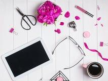 Tablet, Kaffee, helle rosa Rosen und andere kleine Gegenstände auf whi lizenzfreie stockbilder