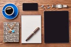 Tablet, Kaffee und Notizblock lizenzfreie stockfotos