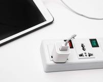 Tablet-, Ladegerät und Block multiprise 3 prises Lizenzfreies Stockbild