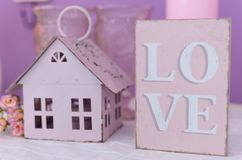 Tablet ` Liebe ` und ein Kerzenständer in Form eines Hauses Lizenzfreies Stockfoto