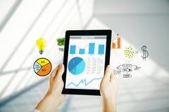 Tablet met bedrijfsgrafiek Royalty-vrije Stock Afbeeldingen