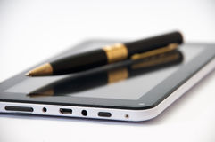 Tablet met een zwarte ballpoint op het scherm stock fotografie
