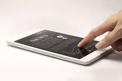 Tablet met heet nieuws op het scherm Royalty-vrije Stock Afbeeldingen