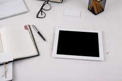 Tablet met het lege scherm op de bureauwerkplaats Royalty-vrije Stock Afbeeldingen