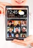 Tablet met het transparante scherm in menselijke handen Stock Afbeeldingen
