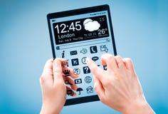 Tablet met het transparante scherm in menselijke handen Stock Foto