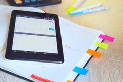 Tablet met open kalender en organisator Royalty-vrije Stock Afbeelding