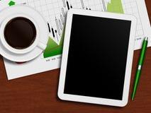 Tablet met voorraadgrafiek, kop van koffie en pen die op bureau ligt Stock Foto